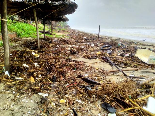 Hàng chục tấn rác thải bủa vây bãi biển ở Quảng Nam sau lũ  - 5