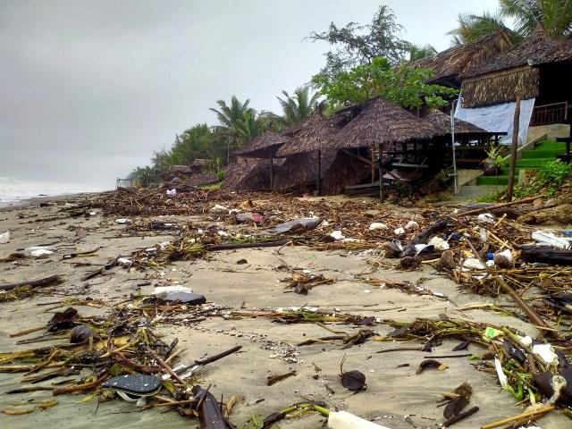 Hàng chục tấn rác thải bủa vây bãi biển ở Quảng Nam sau lũ  - 7