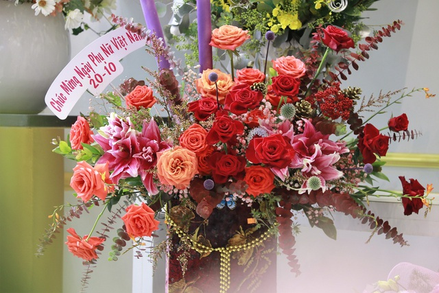 """Các cửa hàng hoa tại Hà Tĩnh lo phương án """"chống cháy"""" do mưa lớn - 6"""