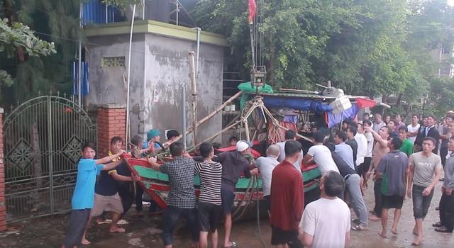 Người dân địa phương vui mừng khi đưa được thuyền chìm vào bờ an toàn.