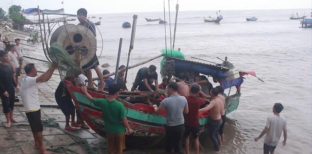 Cả làng ra biển giải cứu thuyền bị sóng đánh chìm - 1