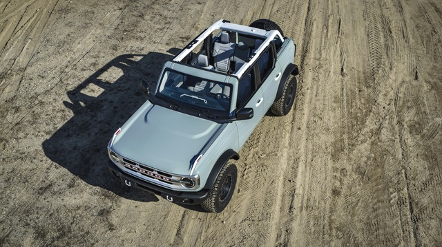 Vì sao Ford Bronco không có kính chắn gió gập lại được như Jeep Wrangler? - 1