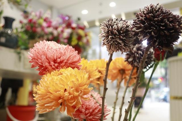 """Các cửa hàng hoa tại Hà Tĩnh lo phương án """"chống cháy"""" do mưa lớn - 4"""