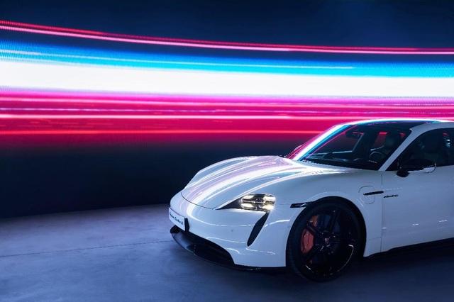 Porsche chính thức ra mắt dòng xe thể thao thuần điện cao cấp Taycan tại Việt Nam - 2
