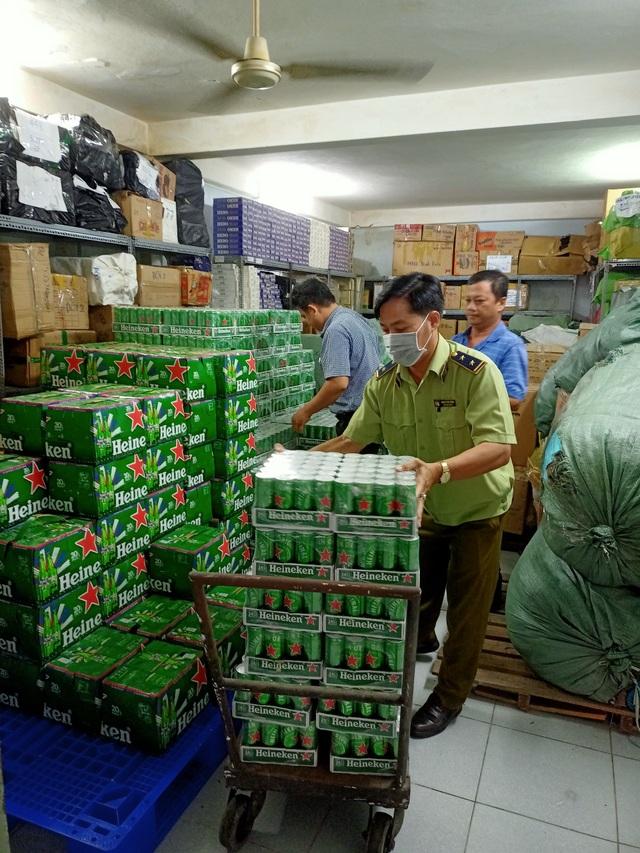 Tiêu huỷ hàng trăm thùng bia Heineken nhập lậu, không đạt chuẩn chất lượng - 1