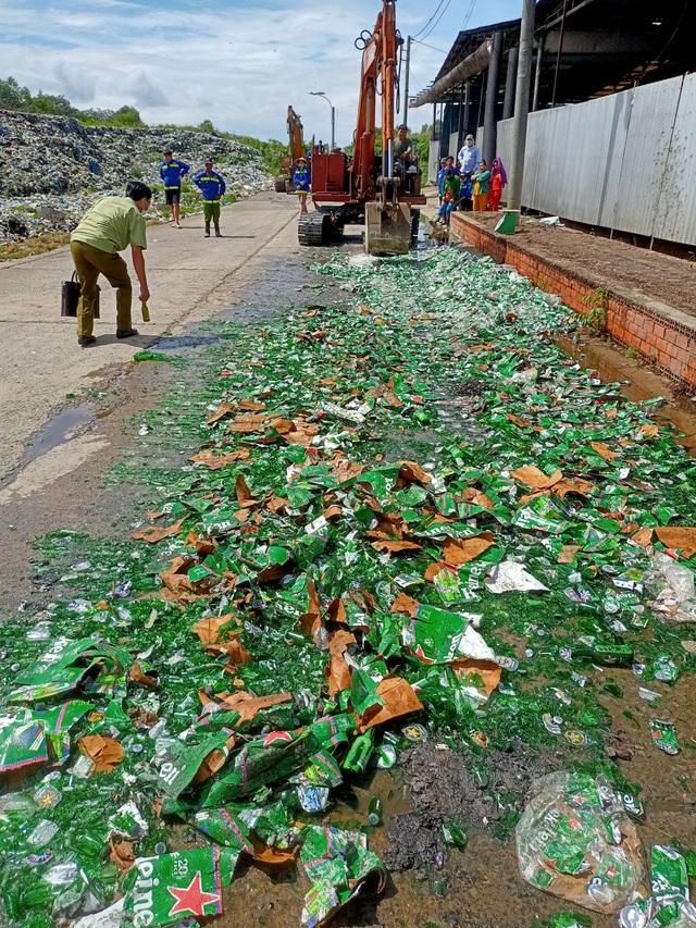 Tiêu huỷ hàng trăm thùng bia Heineken nhập lậu, không đạt chuẩn chất lượng - 2