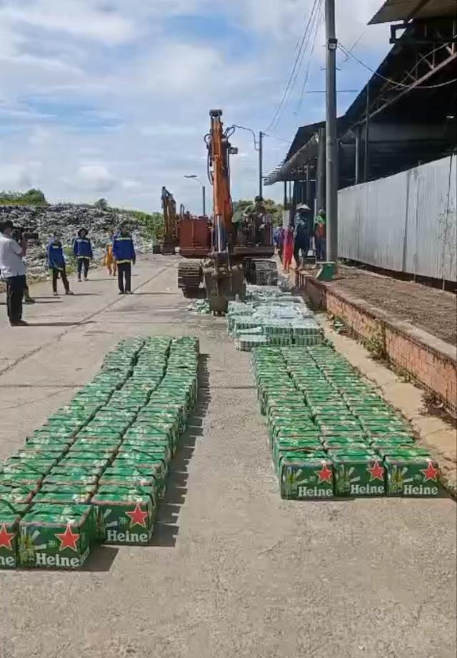 Tiêu huỷ hàng trăm thùng bia Heineken nhập lậu, không đạt chuẩn chất lượng - 3