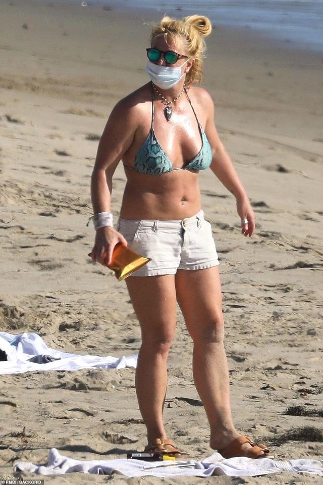 Cuối tuần, Britney và dàn người đẹp cùng khoe dáng - 1