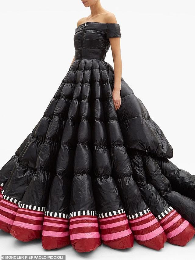 Váy phao to như... chăn bông có giá gần 510 triệu đồng - 1