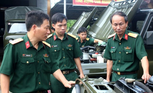 Thượng tá Hoàng Mai Vui (ngoài cùng bên trái) kiểm tra phương tiện kỹ thuật tại Thanh Hóa (Ảnh Thanh Hải - Bộ Chỉ huy Quân sự tỉnh Thanh Hóa).
