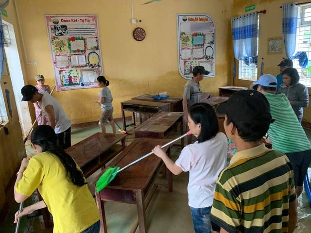 Thừa Thiên Huế: Gác việc nhà, thầy cô giáo lên dọn trường sau lũ - 7