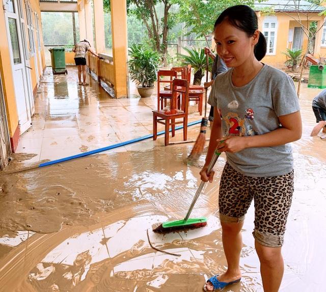 Thừa Thiên Huế: Gác việc nhà, thầy cô giáo lên dọn trường sau lũ - 3