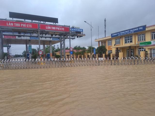 """Nước ngập lênh láng Quốc lộ 1, BOT Quảng Trị """"xả trạm"""" để tránh ách tắc - 2"""