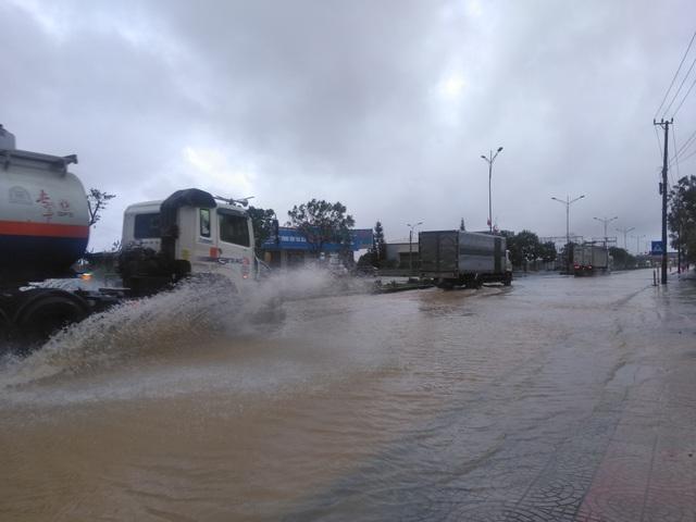 """Nước ngập lênh láng Quốc lộ 1, BOT Quảng Trị """"xả trạm"""" để tránh ách tắc - 4"""