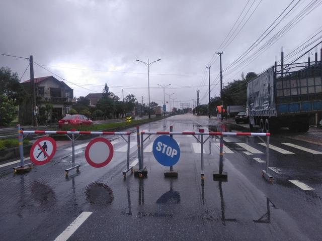"""Nước ngập lênh láng Quốc lộ 1, BOT Quảng Trị """"xả trạm"""" để tránh ách tắc - 5"""