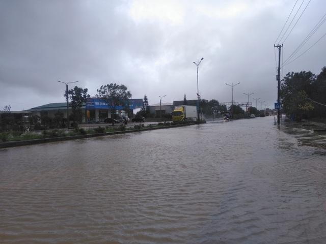 """Nước ngập lênh láng Quốc lộ 1, BOT Quảng Trị """"xả trạm"""" để tránh ách tắc - 3"""