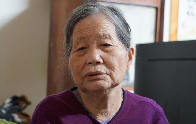 Cụ bà Đỗ Thị Tám, mẹ Thượng tá Hoàng Mai Vui đau đớn trước sự ra đi của con trai.