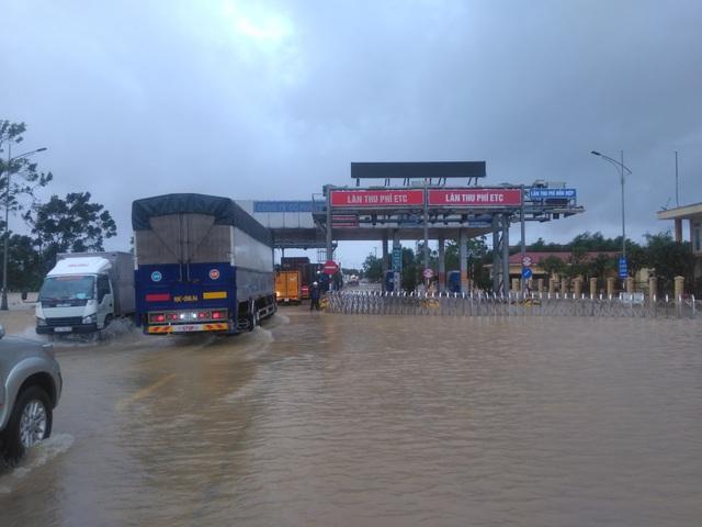 """Nước ngập lênh láng Quốc lộ 1, BOT Quảng Trị """"xả trạm"""" để tránh ách tắc - 6"""
