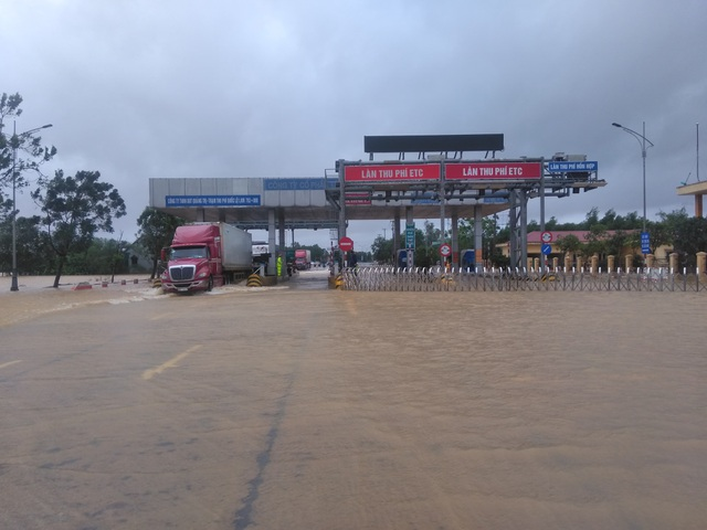 """Nước ngập lênh láng Quốc lộ 1, BOT Quảng Trị """"xả trạm"""" để tránh ách tắc - 1"""