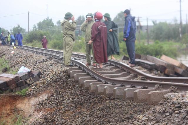 """Đường sắt Bắc - Nam sạt lở, quốc lộ 9 tiếp tục """"tê liệt"""" - 1"""