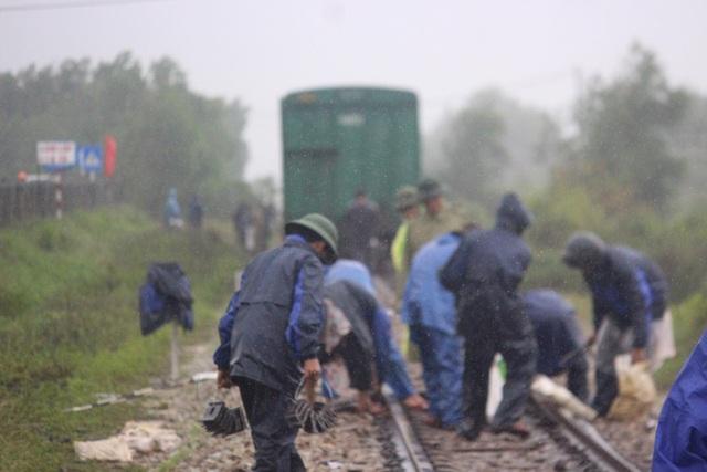 """Đường sắt Bắc - Nam sạt lở, quốc lộ 9 tiếp tục """"tê liệt"""" - 2"""