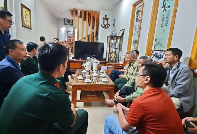 Đồng đội, bà con lối xóm đến thăm hỏi, động viên, chia buồn với thân nhân Thượng tá Hoàng Mai Vui.