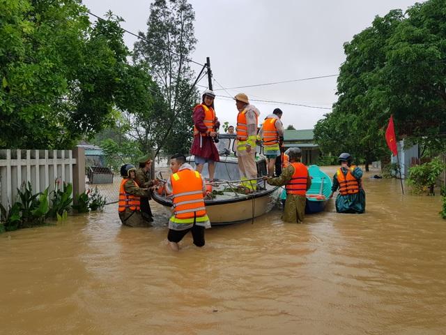 Vượt mưa lũ vào từng khu dân cư giải cứu người dân - 4