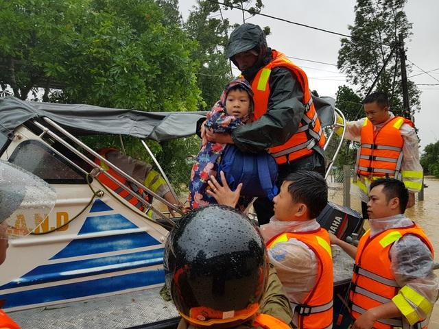 Vượt mưa lũ vào từng khu dân cư giải cứu người dân - 1