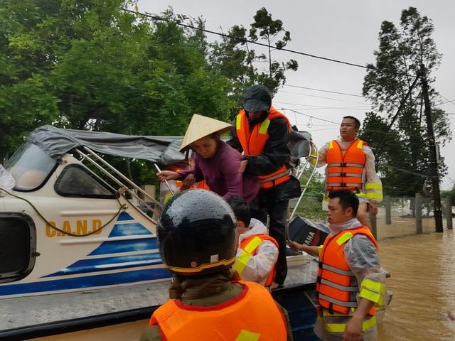 Vượt mưa lũ vào từng khu dân cư giải cứu người dân - 5
