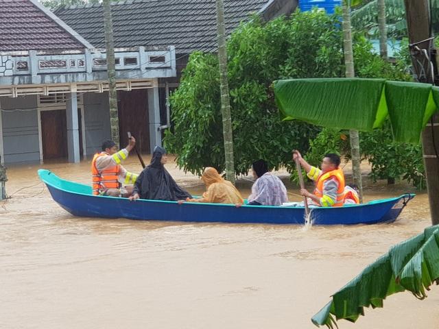 Vượt mưa lũ vào từng khu dân cư giải cứu người dân - 2
