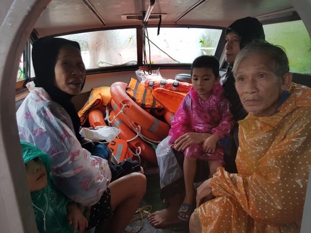 Vượt mưa lũ vào từng khu dân cư giải cứu người dân - 3