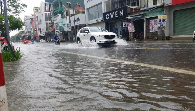 Nước sông TP Huế dâng cao gây ngập lụt nhiều tuyến đường - 2