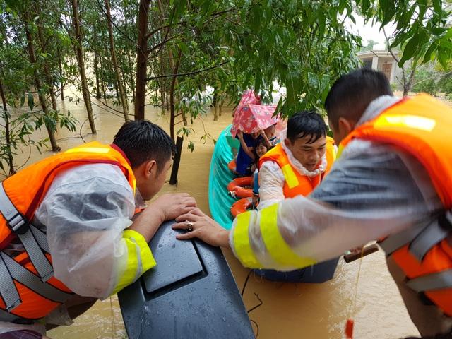 Vượt mưa lũ vào từng khu dân cư giải cứu người dân - 6
