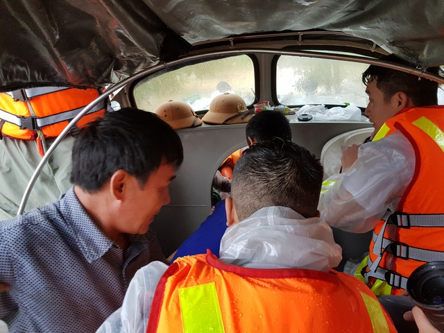 Vượt mưa lũ vào từng khu dân cư giải cứu người dân - 7