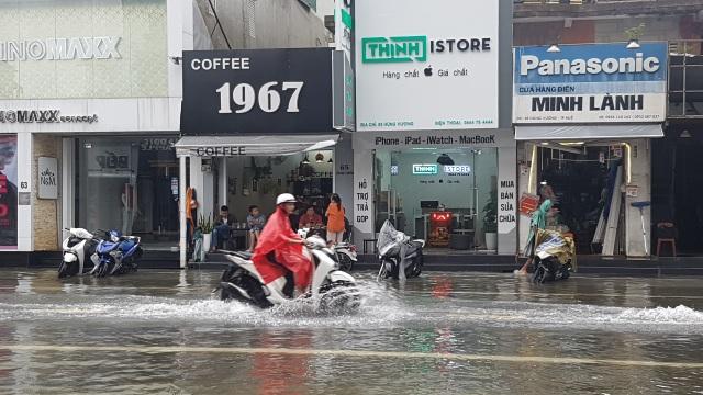 Nước sông TP Huế dâng cao gây ngập lụt nhiều tuyến đường - 1