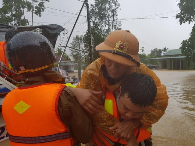 Vượt mưa lũ vào từng khu dân cư giải cứu người dân - 10