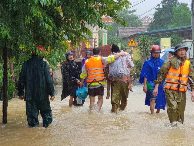 Vượt mưa lũ vào từng khu dân cư giải cứu người dân - 11