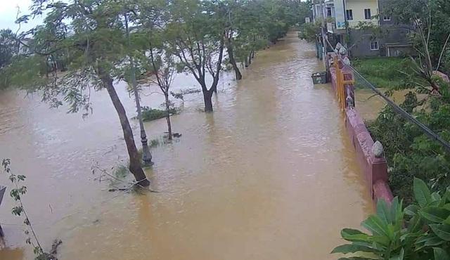 Nước sông TP Huế dâng cao gây ngập lụt nhiều tuyến đường - 10