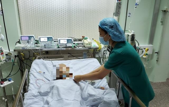 Phẫu thuật xuyên đêm cứu cụ ông bị u tim trong tình trạng nguy kịch - 1