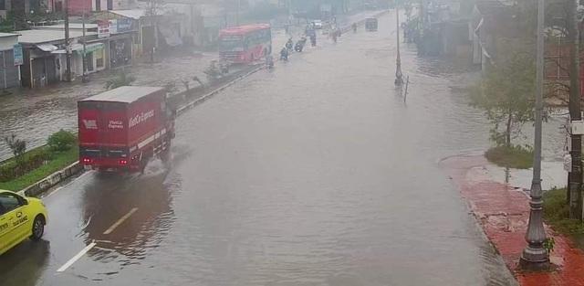 Nước sông TP Huế dâng cao gây ngập lụt nhiều tuyến đường - 15