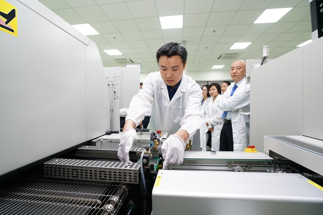 Đưa vào vận hành nhà máy công nghệ cao SMT đầu tiên ở miền Trung - 3