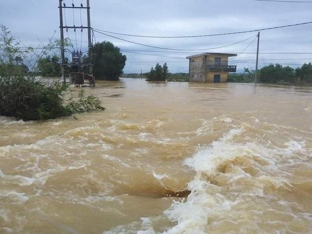 Nước sông TP Huế dâng cao gây ngập lụt nhiều tuyến đường - 12