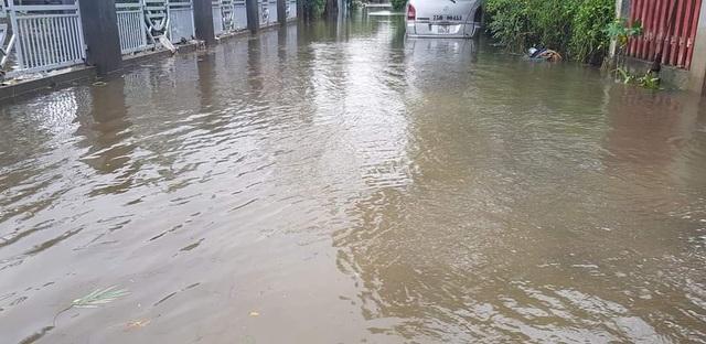 Nước sông TP Huế dâng cao gây ngập lụt nhiều tuyến đường - 11
