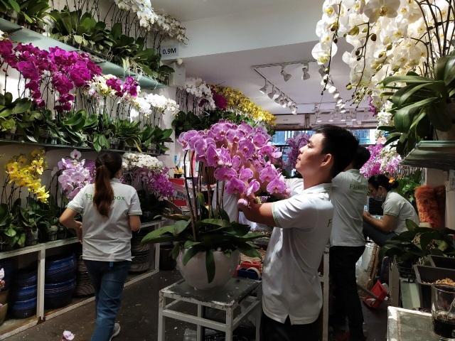 Một doanh nghiệp chi 200 triệu đồng mua hoa tươi tặng chị em dịp 20/10 - 1