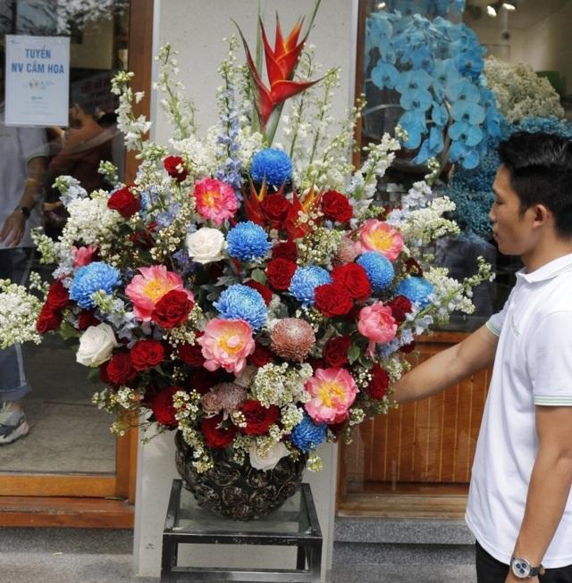 Một doanh nghiệp chi 200 triệu đồng mua hoa tươi tặng chị em dịp 20/10 - 8