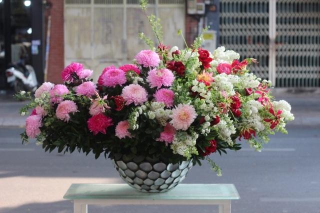 Một doanh nghiệp chi 200 triệu đồng mua hoa tươi tặng chị em dịp 20/10 - 9