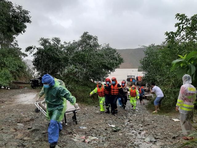 Băng rừng, vượt lũ đưa thi thể nạn nhân thứ 2 tại Rào Trăng ra ngoài - 7