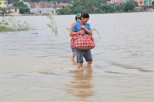 Hàng trăm hộ dân bị nước lũ sông Hoàng Long cô lập - 14