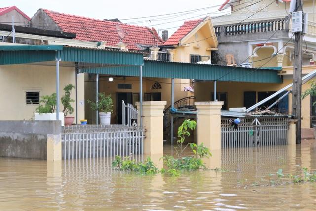 Hàng trăm hộ dân bị nước lũ sông Hoàng Long cô lập - 7