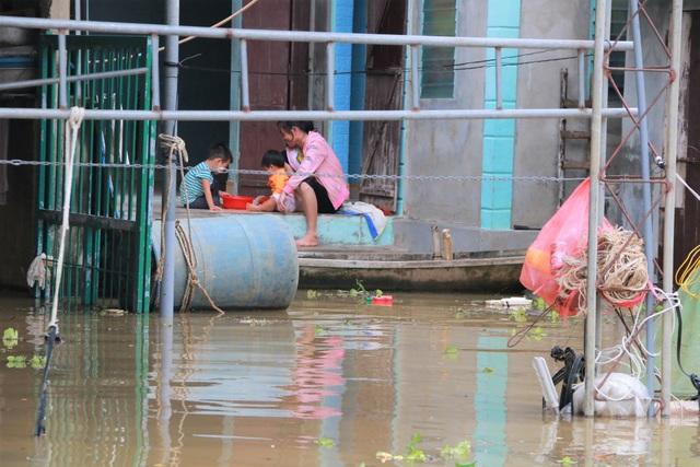 Hàng trăm hộ dân bị nước lũ sông Hoàng Long cô lập - 4